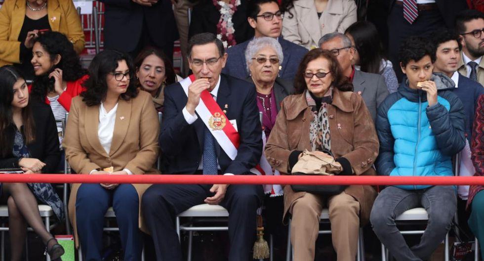 El curioso momento ocurrió cuando el presidente Martín Vizcarra se acercó a saludar a su familia. (GEC)