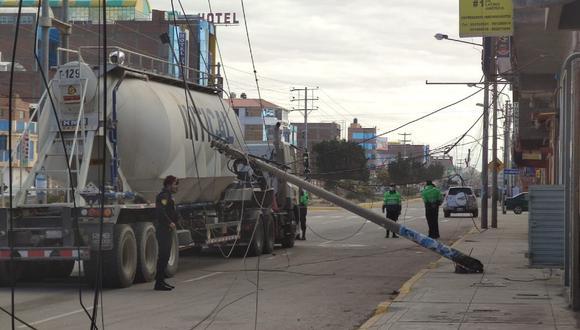 Puno: El camión cisterna quedó enganchado en los cables eléctricos aéreos y derribó un poste.