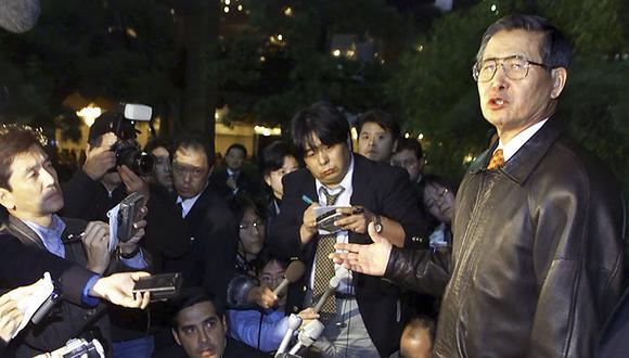 """El ex presidente Alberto Fujimori, hablando con periodistas en después de huir a Japón, tras revelarse los """"vladivideos"""" y las cuentas en Suiza de Vladimiro Montesinos. Tiempo después, anunció su renuncia a la presid"""