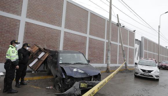 Camioneta se despistó y luego chocó con un poste que terminó inclinado.   Foto: Jessica Vicente