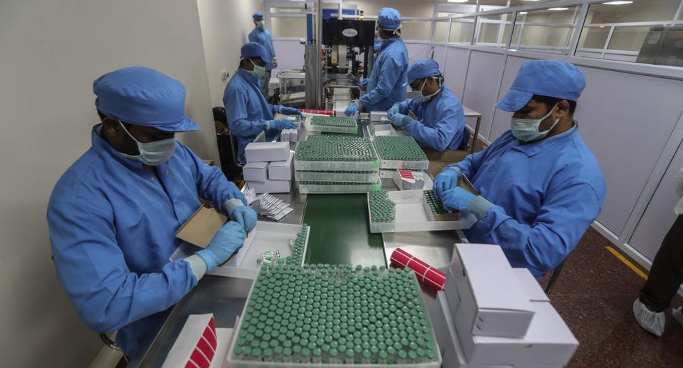 Los empleados empacan cajas que contienen viales de la vacuna contra el COVID-19 en el Serum Institute of India, Pune, India, el jueves 21 de enero de 2021. (AP/Rafiq Maqbool).