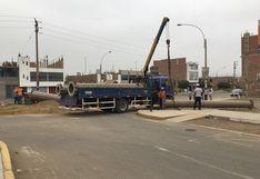 Carabayllo:Con sierra eléctrica desconocidos mutilan poste y lo dejan tirado en plena calle