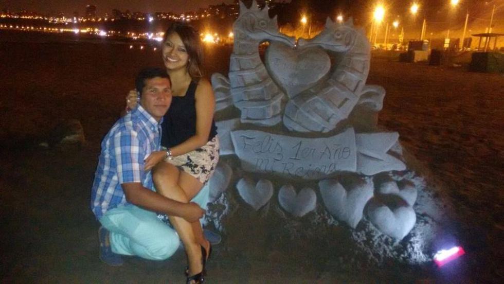 Muestra su amor con escultura de arena en la Costa Verde.