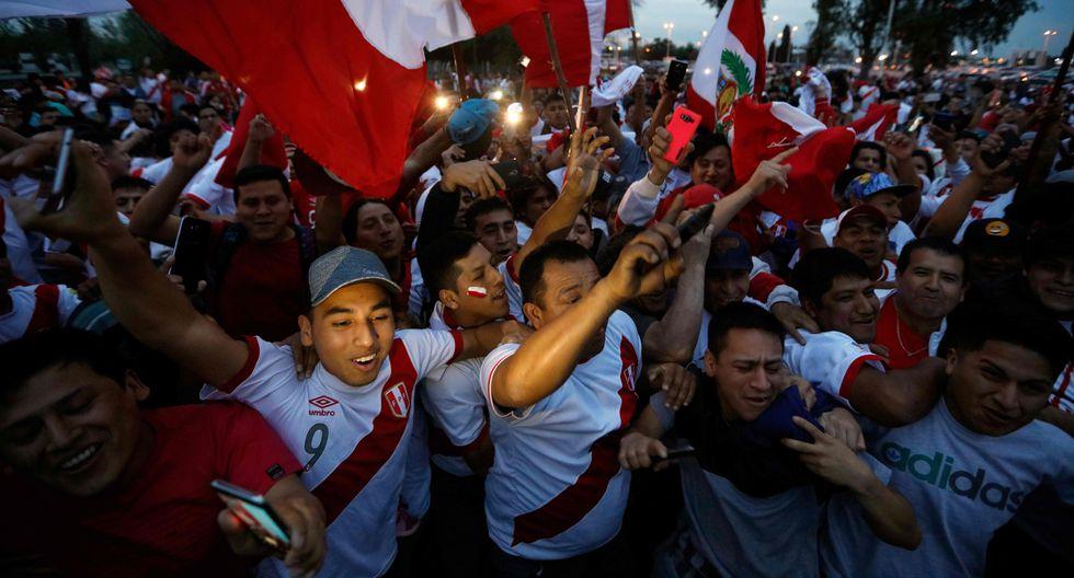 Un mar de hinchas peruanos recibieron en el aeropuerto Ezeiza de Buenos Aires a la selección peruana que mañana jugará contra Argentina.