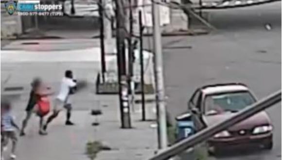 La madre explicó a los medios locales que estaba caminando con sus hijos para ir a visitar a su esposo a su lugar de trabajo, en la tarde del viernes, cuando un hombre agarró a su hijo Jacob en Nueva York, Estados Unidos. (Captura de video).