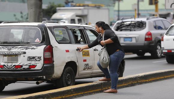 La agraviada abordó el taxi en Miraflores y en el distrito del Rímac fue cuando el conductor permitió que dos sujetos ingresaran al auto para robar pertenencias a pasajera. (Foto: Referencial/Archivo GEC)