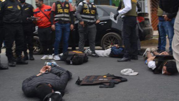 Los hampones fueron detenidos en la puerta del banco. (PNP)