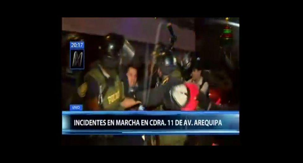 Un joven que fue a la marcha contra el indulto para Alberto Fujimori terminó intervenido por las autoridades. (Canal N)