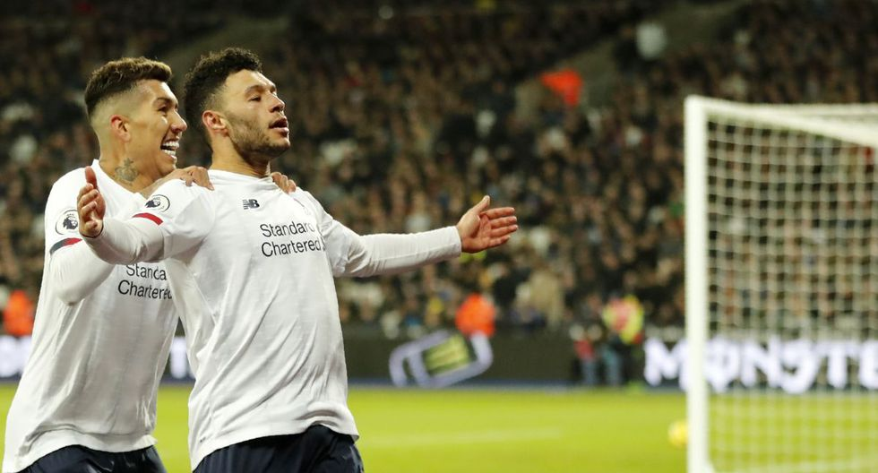 Liverpool's Alex Oxlade-Chamberlain, right, celebrates with Liverpool's Roberto Firmino after scoring his side's second goal during the English Premier League soccer match between West Ham Utd and Liverpool at the London Stadium in London, Wednesday, Jan. 29, 2020. (AP Photo/Frank Augstein)