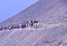 En caballos, la Policía lleva ayuda para ollas comunes en zonas periféricas de la capital