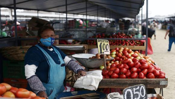 Un total de 2.369 vendedores ambulantes que trabajaban en La Parada, iniciaron sus actividades comerciales en las instalaciones del mercado temporal Tierra prometida. (Jesús Saucedo / @photo.gec)