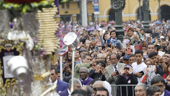 Centenares de fieles acompañaron la sagrada imagen. (Foto: Piko Tamashiro)