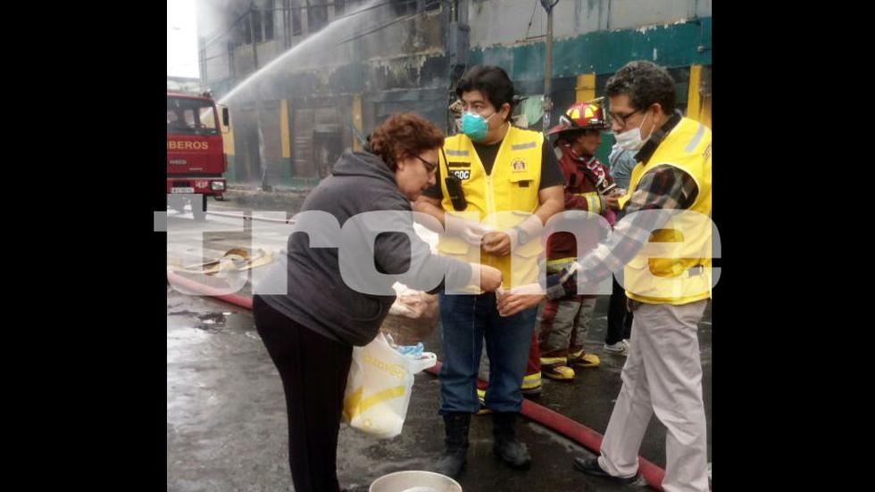 Decenas de vecinos se unieron para llevar desayuno a los bomberos que luchan por apagar el incendio en Las Malvinas. (Fotos: Trome)