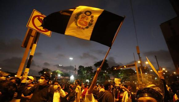 Manifestantes y agentes de la Policía Nacional del Perú se enfrentaron en el cruce de la avenida Abancay y Nicolás de Piérola en el Centro de Lima, en la segunda marcha nacional. (Foto: GEC)