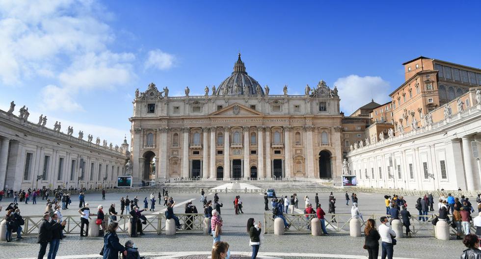 La gente asiste a la oración semanal del Ángelus del papa Francisco en la plaza de San Pedro en el Vaticano, el 15 de noviembre de 2020. (Foto de Alberto PIZZOLI / AFP).