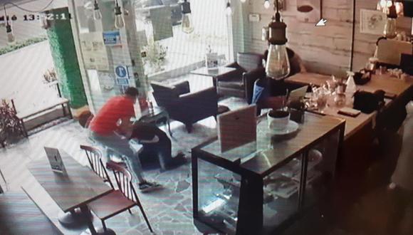 Un empresario fue asaltado violentamente por un feroz delincuente que lo arrastró y golpeó en la cabeza para robarle su costosa cadena de oro.