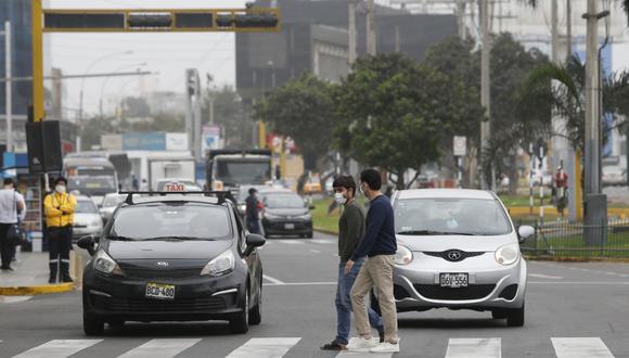 Entre los principales errores cometidos por los peatones destacan el no obedecer las señales viales, no esperar la luz verde del semáforo y no usar los puentes peatonales. (Foto: Violeta Ayasta/GEC)