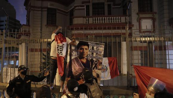 Un grupo de peruanos protesta por el asesinato del peruano Silvano Cantaro, en el frontis la embajada de Venezuela en Lima. En la manifestación también hubo expresiones xenofóbicas contra migrantes venezolanos. (Renzo Salazar / GEC)
