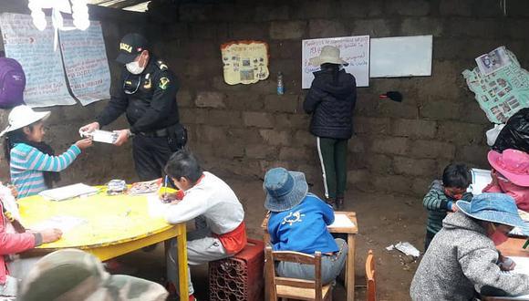 Apurímac: Policías enseñan matemáticas a escolares en comunidad donde no llega el internet