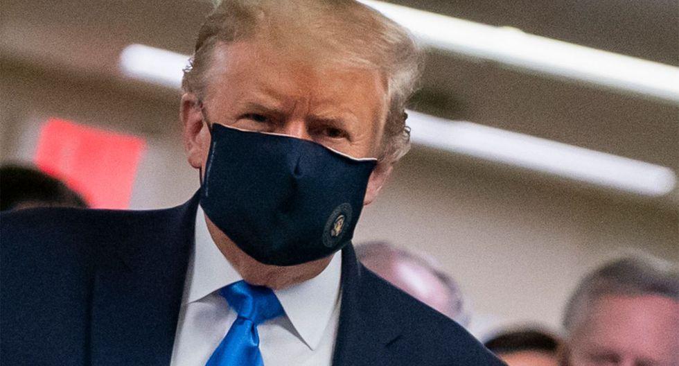 El presidente de los Estados Unidos, Donald Trump, usa una máscara cuando visita el Centro Médico Nacional Militar Walter Reed en Bethesda, Maryland. (AFP / ALEX EDELMAN).