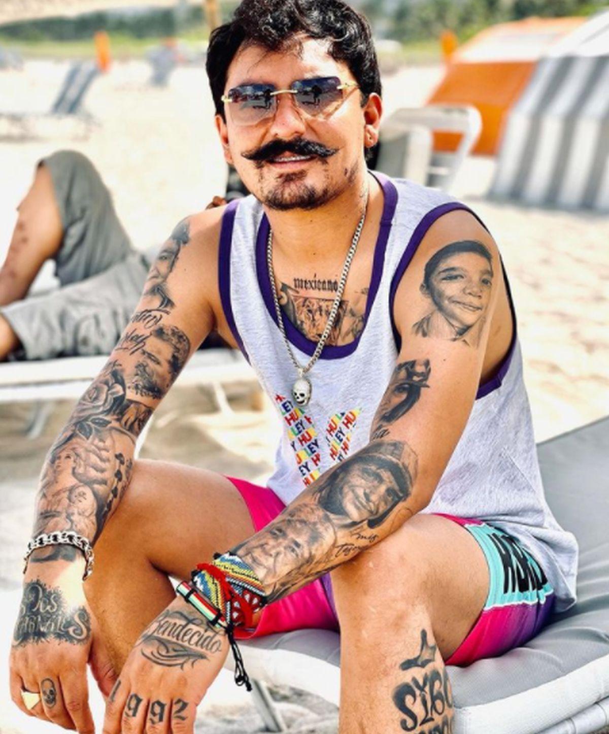 El brazo izquierdo de Poncho Quezada muestra el tatuaje de un personaje muy querido por todos: El Chavo (Foto: Los dos carnales)