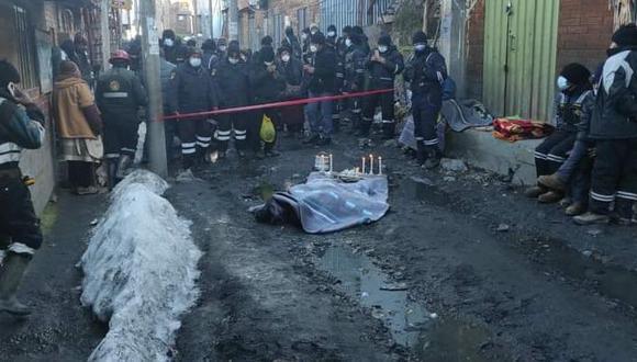 Cuerpo sin vida del exdirigente minero fue rodeado de velitas, mismas que fueron colocadas por sus apenados colegas (Foto: Difusión)