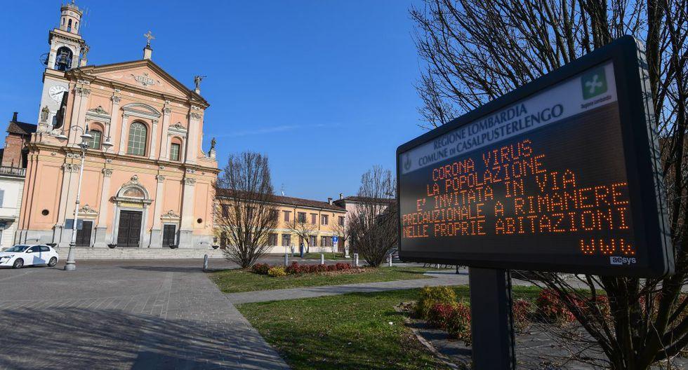 """En el pueblo de Casalpusterlengo, al sureste de Milán, el 22 de febrero de 2020, se muestra un letrero de información municipal que dice """"Coronavirus, se invita a la población como medida de precaución a permanecer en su hogar. (AFP)."""