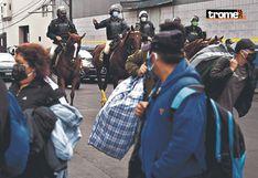Miles de                         ambulantes invaden las calles y serenos los                         botan