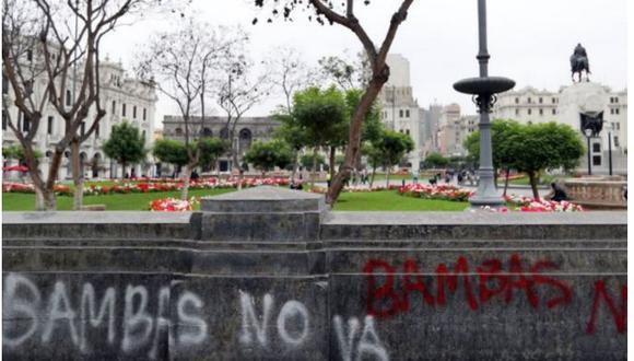 Manifestantes realizaron pintas en muros, pisos y bancas de Plaza San Martín.