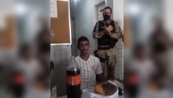 Policías celebran cumpleaños a joven que cumplió 18 estando detenido. (Foto: RedeTV / YouTube)