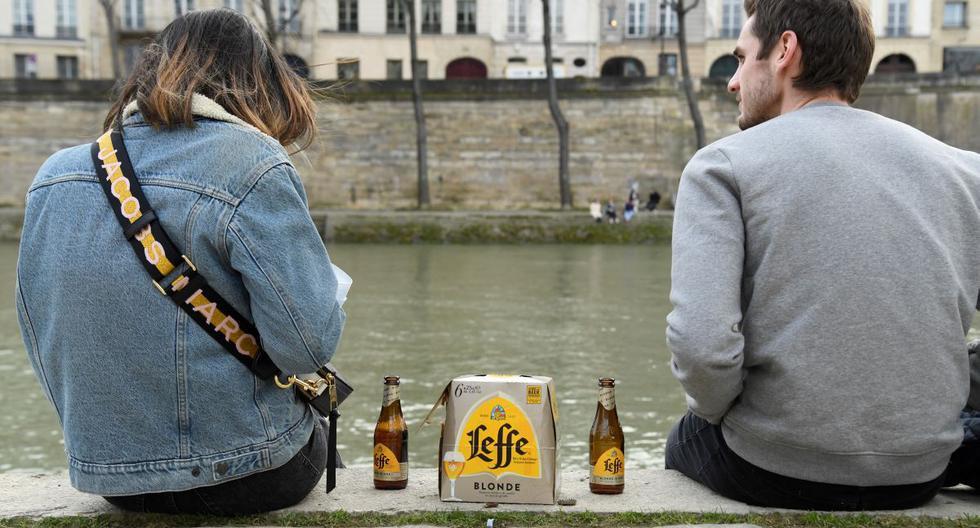 Francia prohibirá beber alcohol en la calle dentro de las nuevas restricciones por alza de coronavirus. (Foto: Bertrand GUAY / AFP).