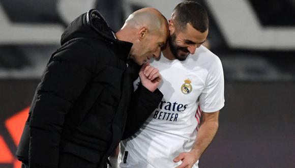 Karim Benzema se despidió de Zinedine Zidane. (Foto: AFP)