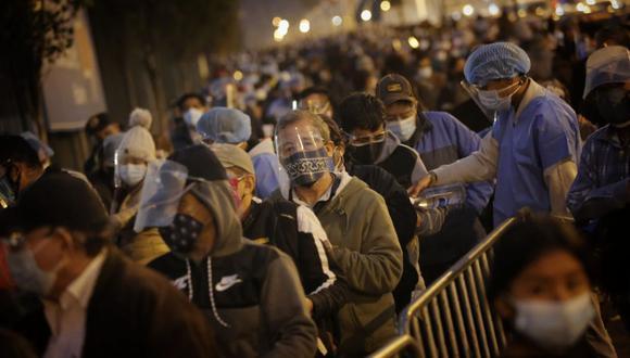 Cientos de personas se amanecieron para formar largas colas y acceder a vacunatorios. Foto: César Grados /@photo.gec
