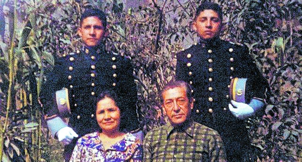 Arriba el expresidente Ollanta Humala, su hermano Antauro y sentados sus padres Elena Tasso e Isaac Humala.