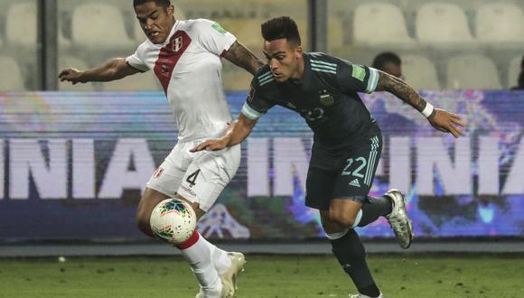 Santamaría lucha un balón con Lautaro Martínez en el Perú vs Argentina por Eliminatorias Qatar 2022. (Agencias)