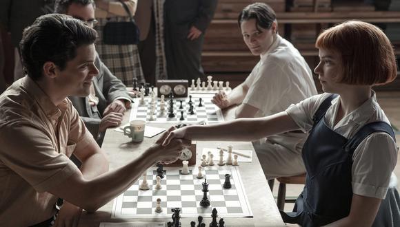 """Anya Taylor Joy y Marcin Dorocinski en una escena de """"Gambito de Dama"""". (Foto: Netflix)"""