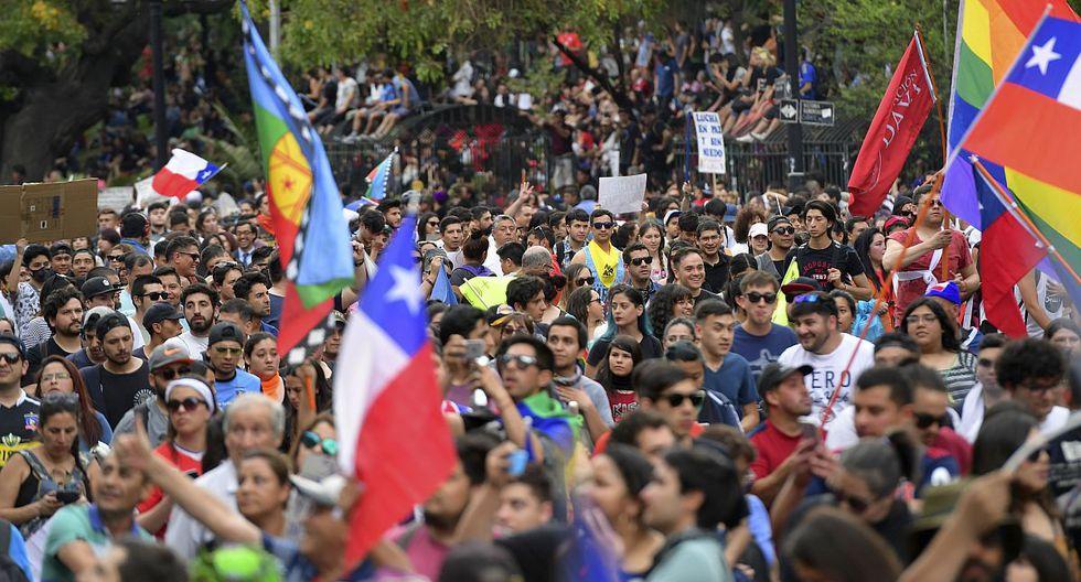 Un millón de personas protestaron este viernes en Santiago de Chile en medio de estallido social. Manifestante se pronunciaron contra el presidente Sebastián Piñera y la desigualdad social. (Foto: AFP)