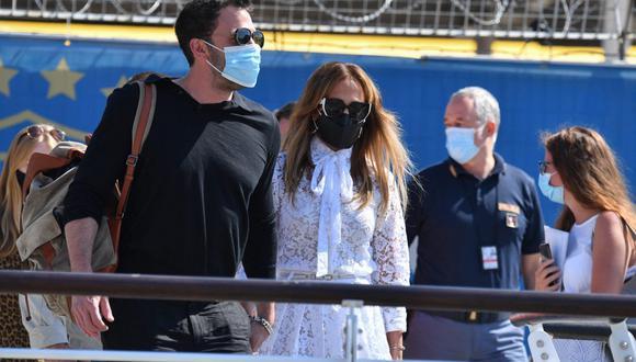 Jennifer Lopez y Ben Affleck fueron captados muy románticos en un taxi acuático que los llevaba a su hotel de lujo en la ciudad de Venecia. (Foto: Filippo Monteforte / AFP)
