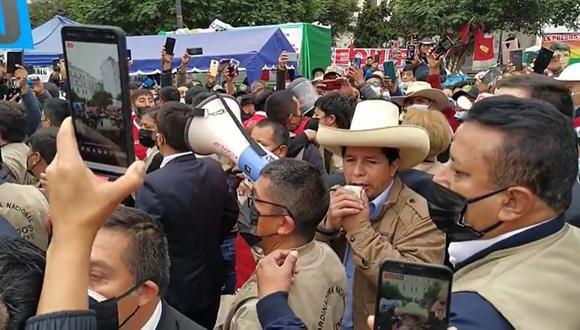 Pedro Castillo visitó a simpatizantes en la Plaza de la Democracia frente al JNE. (Facebook)