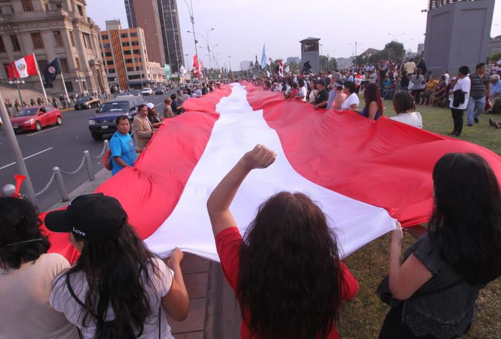 Un gran número de personas se reunieron en la sede del Poder Judicial, en el Paseo de los Héroes (Foto: GEC/ Miguel Bellido)