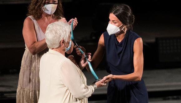 "La reina Letizia entrega a la ""reina"" Judi Dench el premio del Atlántida Fest. (Foto: AFP)."