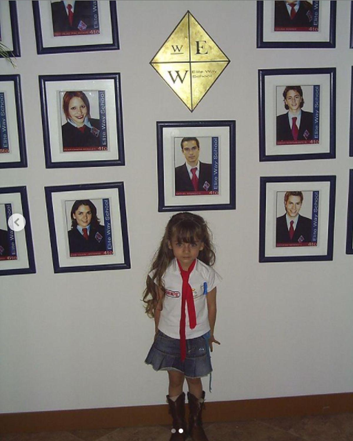 """Desde pequeña, la actriz era una fiel seguidora de """"Rebelde"""". Aquí posando con las fotos de los actores de la serie en el Elite Way School (Foto: Azul Guaita / Instagram)"""
