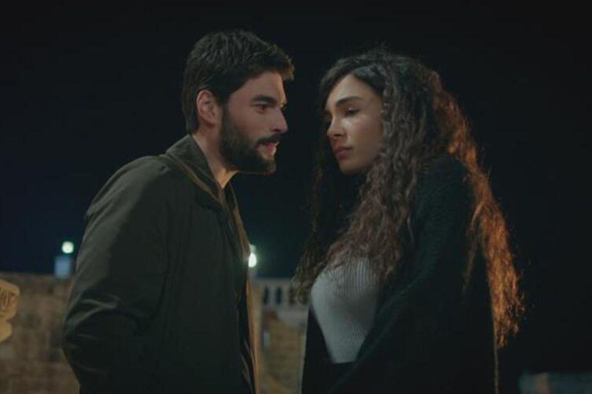 "Akın Akınözü (Miran Aslanbey) y Ebru Şahin (Reyyan Şadoğlu) en una escena de ""Hercai"" (Foto: Mia Yapım)"