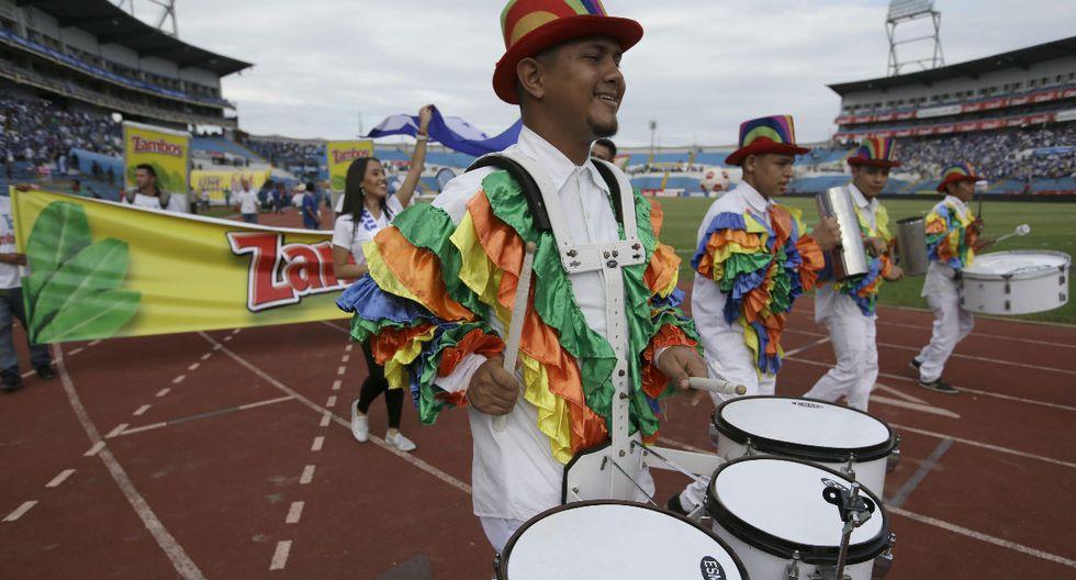 Hinchas resguardados al milímetro en el estadio de Honduras para evitar ataques o asaltos.