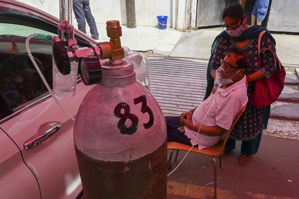 La escasez de oxígeno en los saturados hospitales obligan a los enfermos sin aliento a buscar la ayuda de Khalsa Help International, una oenegé creada por un gurdwara (un templo sij -  religión del estado indio) en Ghaziabad. (Texto y foto: AFP).