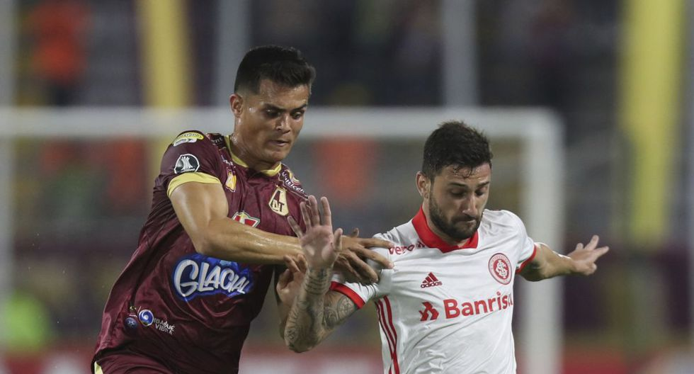 Francisco Rodriguez of Colombia's Deportes Tolima, left, and Gabriel of Brazil's Internacional battle for the ball during a Copa Libertadores soccer match at the Manuel Murillo Toro stadium in Ibague, Colombia, Wednesday, Feb., 19, 2020. (AP Photo/Fernando Vergara)