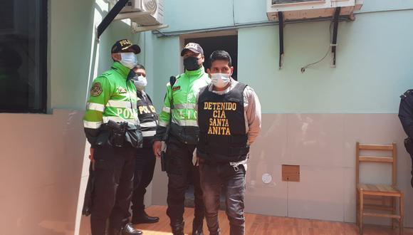 Saúl Huamán Flores (34) fue intervenido por policías de la comisaría de Santa Anita, por causarle lesiones a su pareja Rossana Ruiz (20), al arrojarla por las escaleras. (foto: Mónica Rochabrum/Trome)