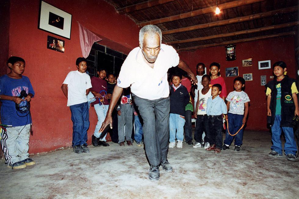 Lamentablemente, el 8 de junio de 2009, a los 75 años fallece en su pueblo natal en Chincha, el Embajador de la Cultura Negra, don Amador Ballumbrosio dejando un gran legado artístico musical en todo el Perú y el mundo. En el mes de la cultura afroperuana recordamos a uno de sus más importantes representantes. Conoce un poco más del violinista, cajonero y danzante que, a través de su talento, mostró la riqueza del arte afroperuano, y a quien hoy le rendimos un pequeño homenaje a 12 años de su partida.