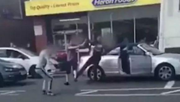 Dos jóvenes desafían a conductor que resultó ser la reencarnación de Bruce Lee.