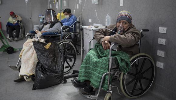 Así como Berta son numerosos los peruanos que esperan semanas por una cama UCI. (AP Photo/Rodrigo Abd)